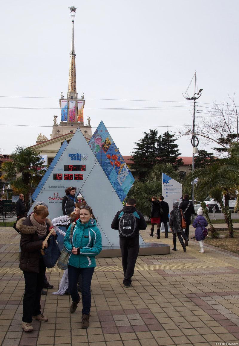 Олимпийские часы у морпорта Сочи